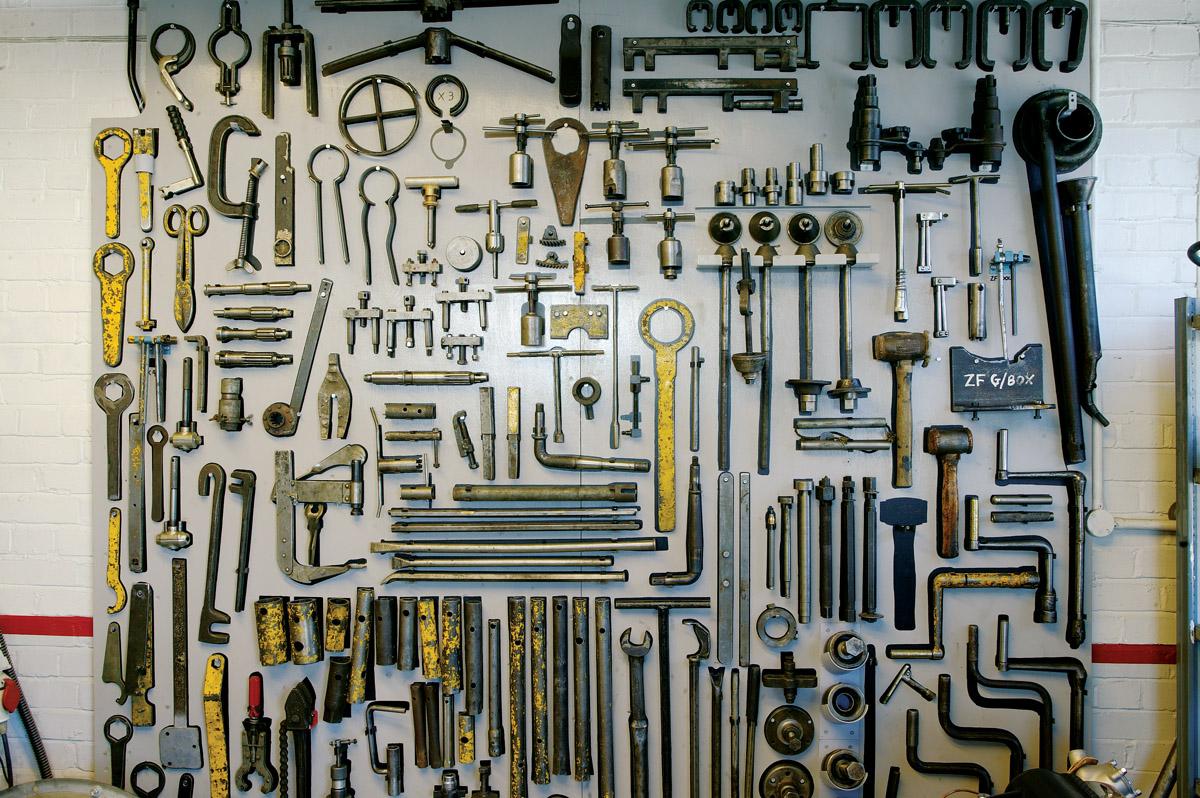 Viele Werkzeuge von Alvis hängen an einer Wand