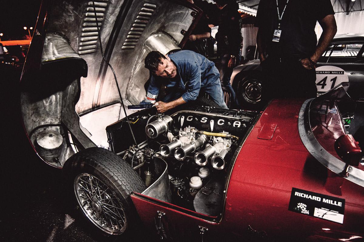 Motor des OSCA Tipo S-498 mit Mechaniker
