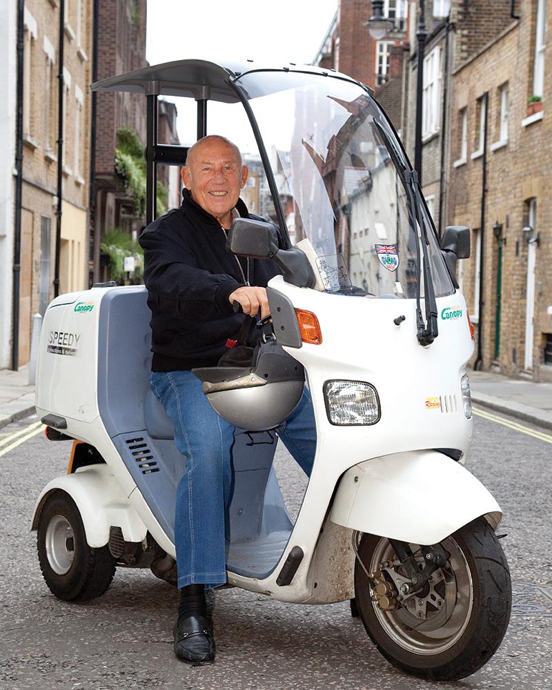 Stirling Moss auf einem Honda Roller