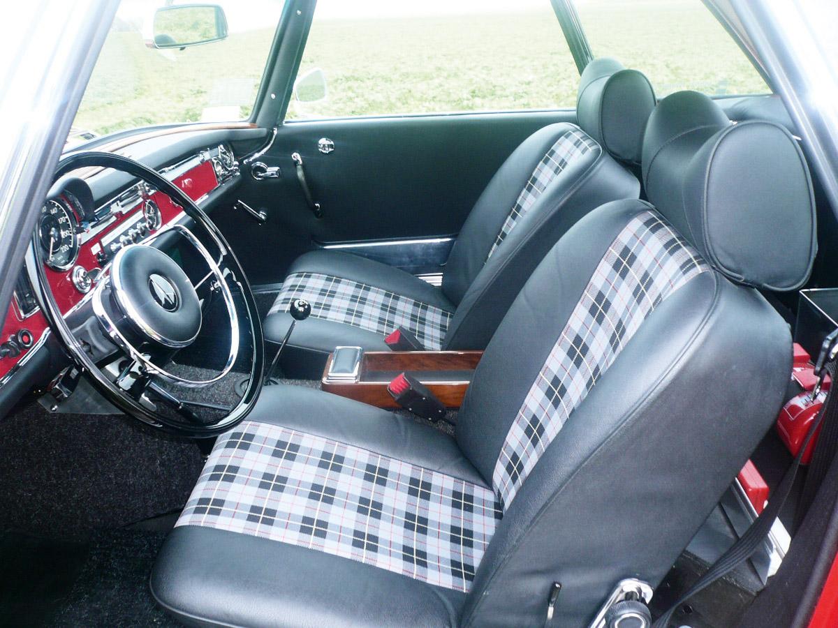 Cockpit der Mercedes-Benz 230 SL Pagode