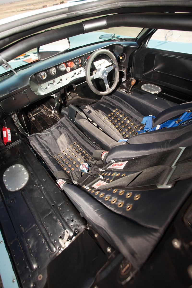 Cockpit des Ford GT40 1074