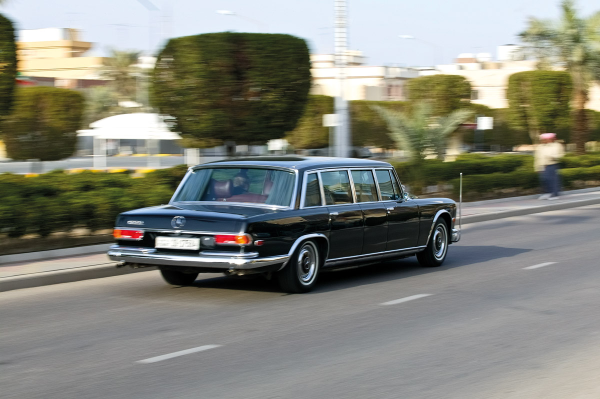 Mercedes-Benz 600 Pullman fahrend von hinten