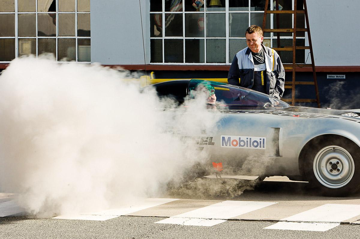 Opel GT Rekordwagen mit Rauchwolke