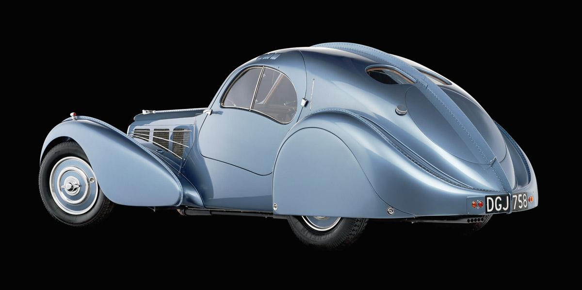 Bugatti 57 Atlantic von schräg hinten aufgenommen