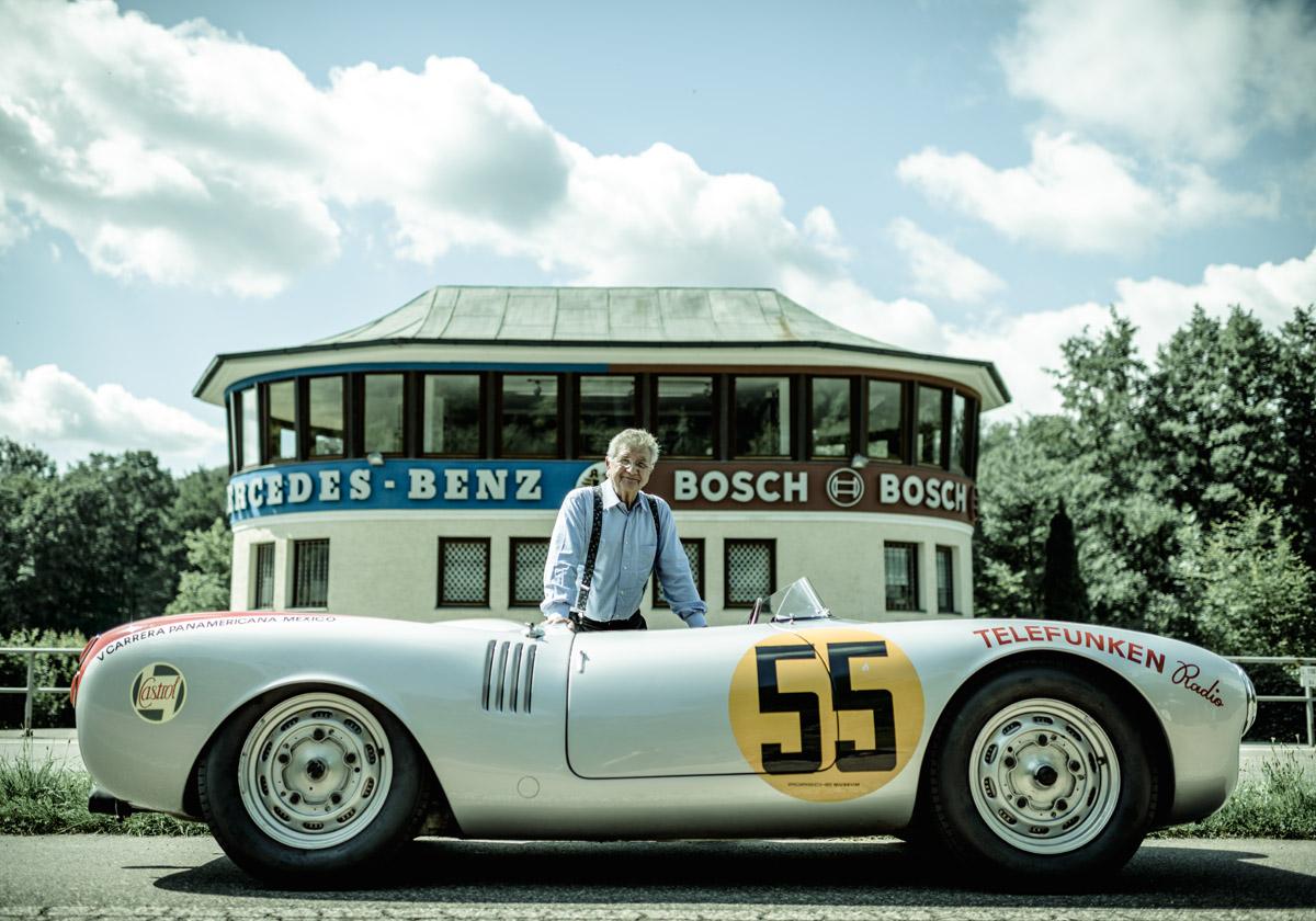 Hans Herrmann vor seinem Rennwagen