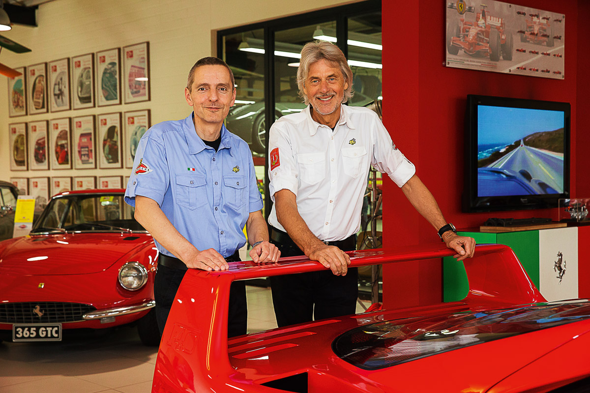 Ferrari F40 Heckansicht, innenraum und Ferrariexperte Thomas Kunz