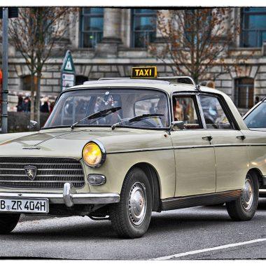 Peugeot 404 Taxi stehend in Berlin