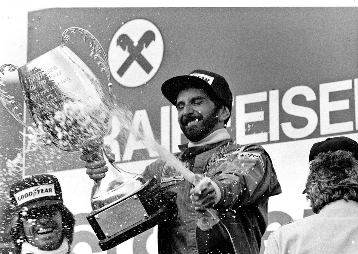 John Watson 1976 auf dem Siegertreppchen nach dem Großsen Preis von Österreich