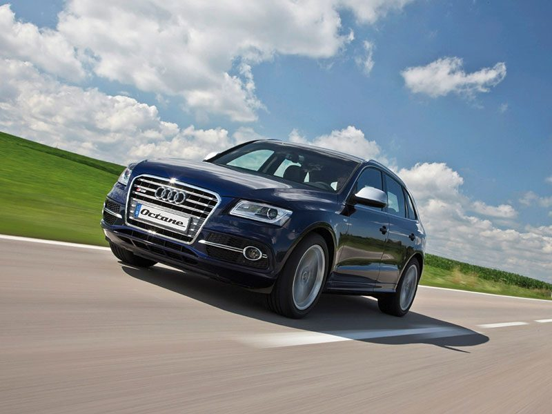 Audi SQ5 fahrend schräg von vorne