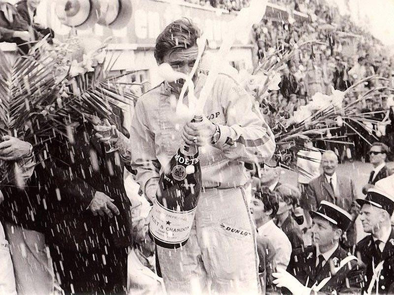 Ein Formel 1-Gewinner verspritzt eine Flasche Champagner