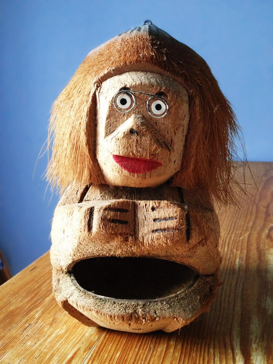 Affenfigur aus Kokosnuss