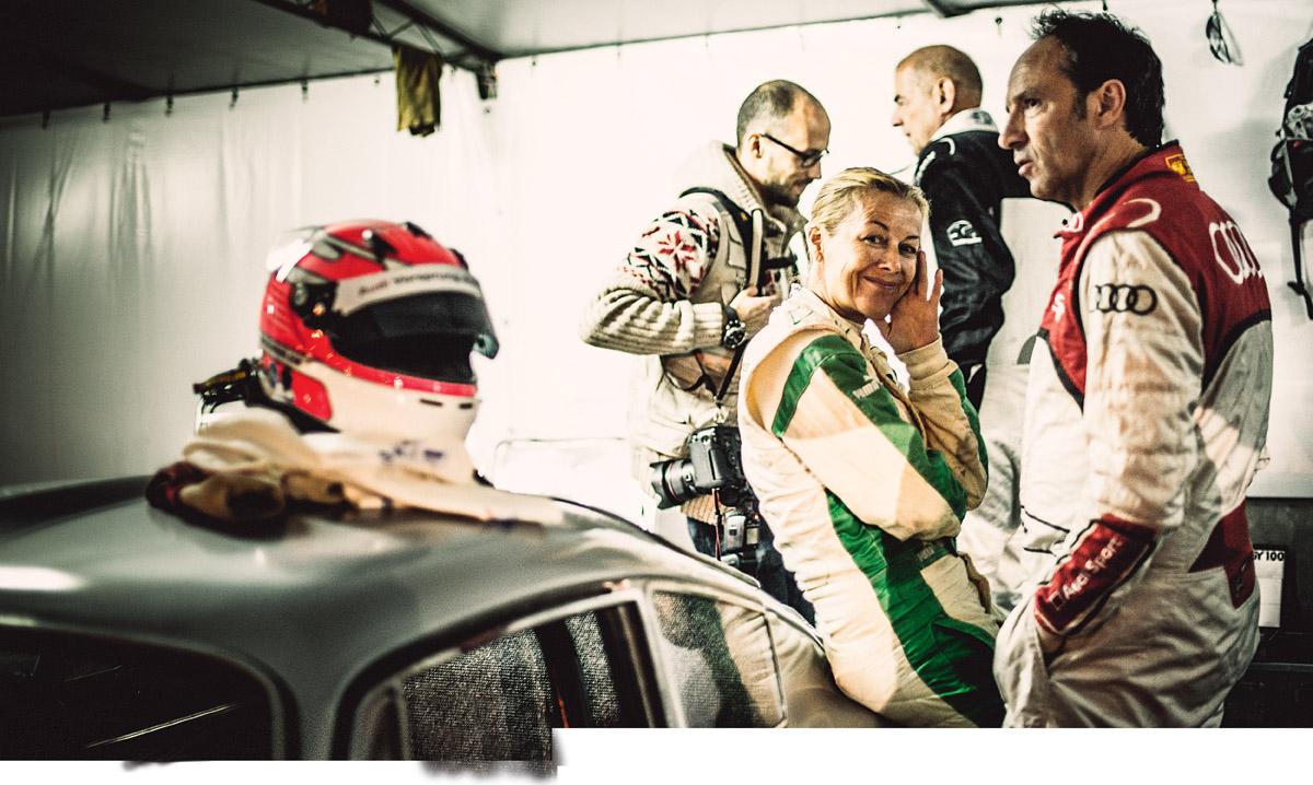 Gabriele Spangenberg und andere Fahrer warten darauf, dass sie fahren dürfen
