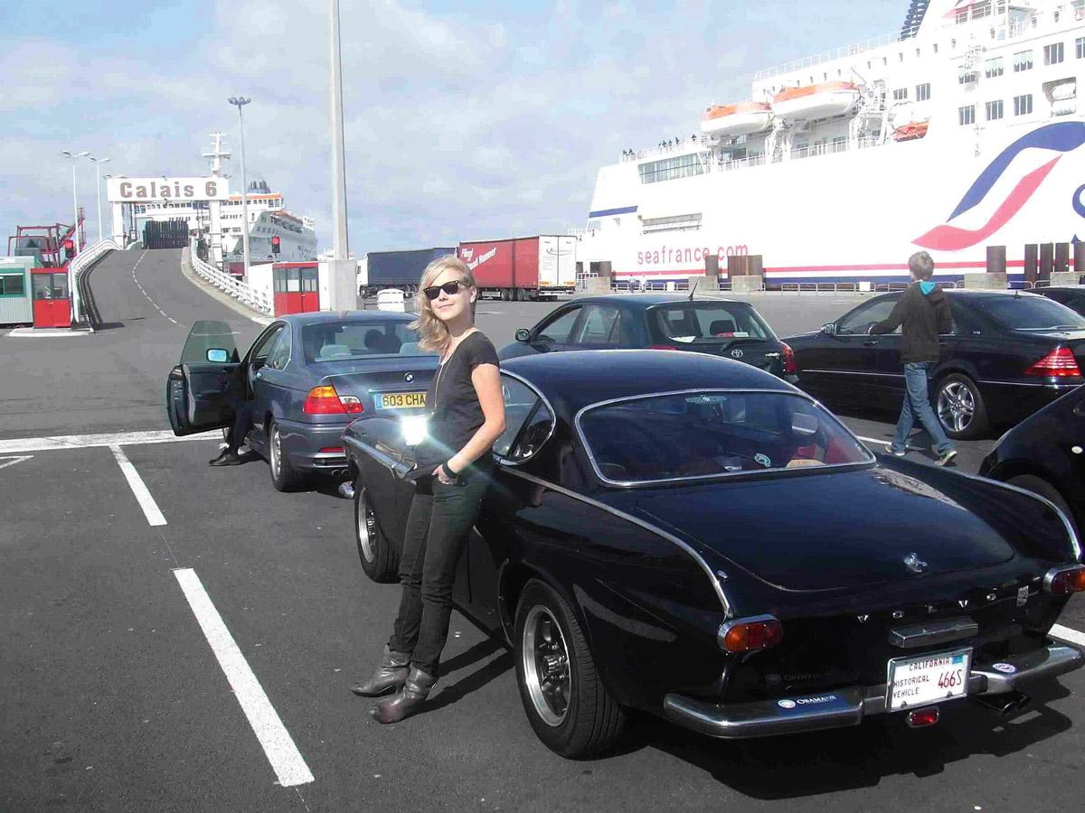 Miss Kenichis mit ihrem Volvo auf einer Fähre