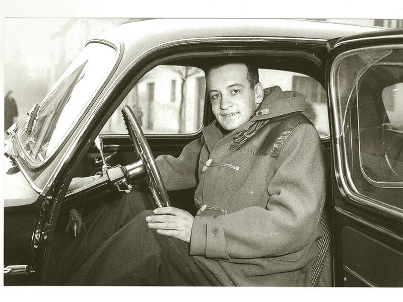 Alfredino Ferrari hinter dem Steuer eines Wagens