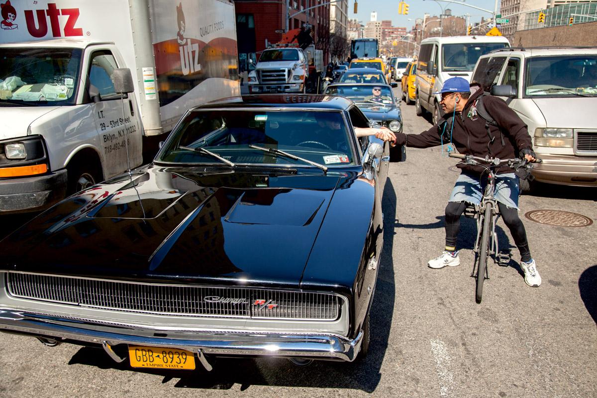 Der Dodge Charger des Manhattan Classic Car Club erregt Aufmerksamkeit, wie hier von einem Fahrradfahrer