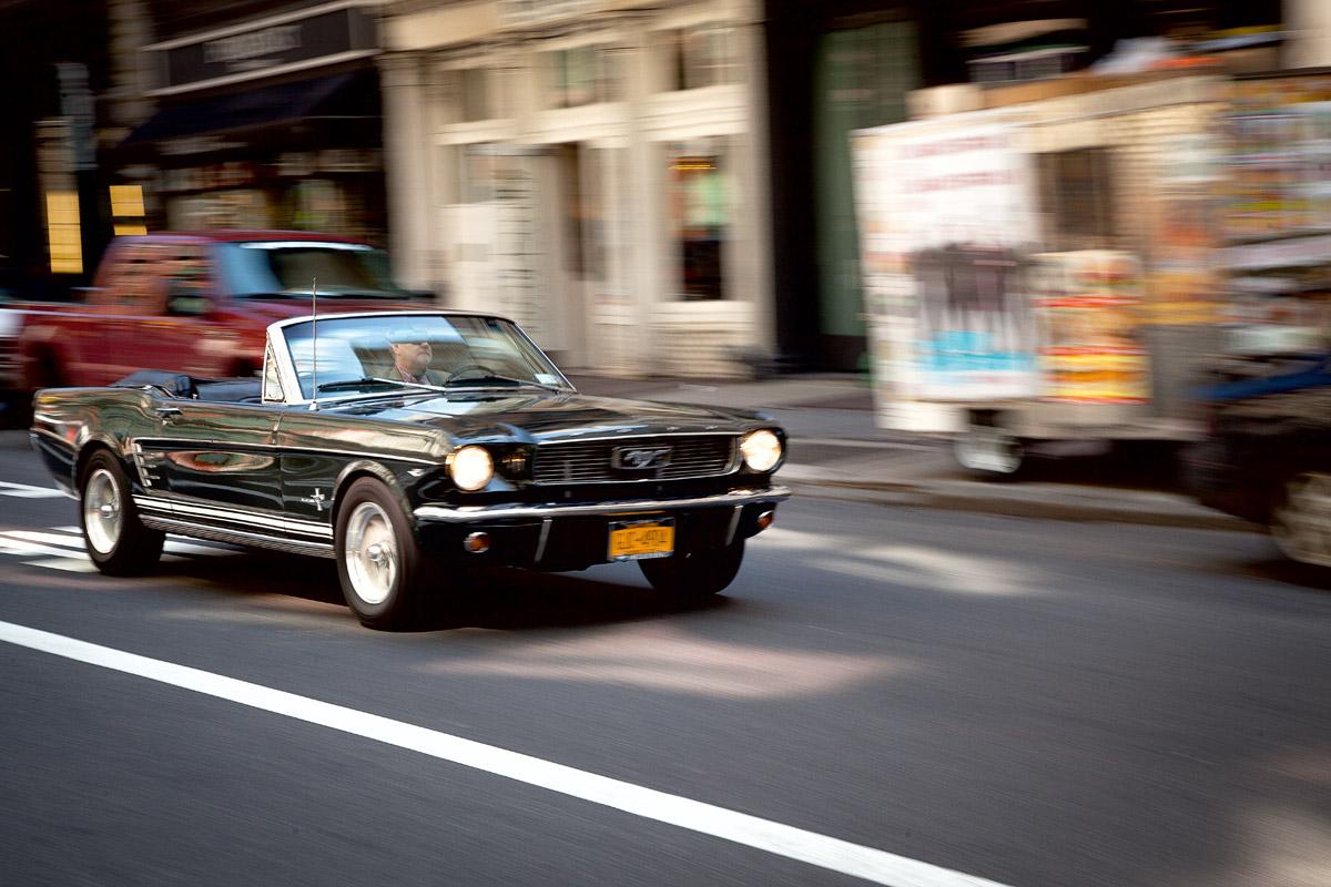 Ford Mustang Cabrio fahrend von vorne