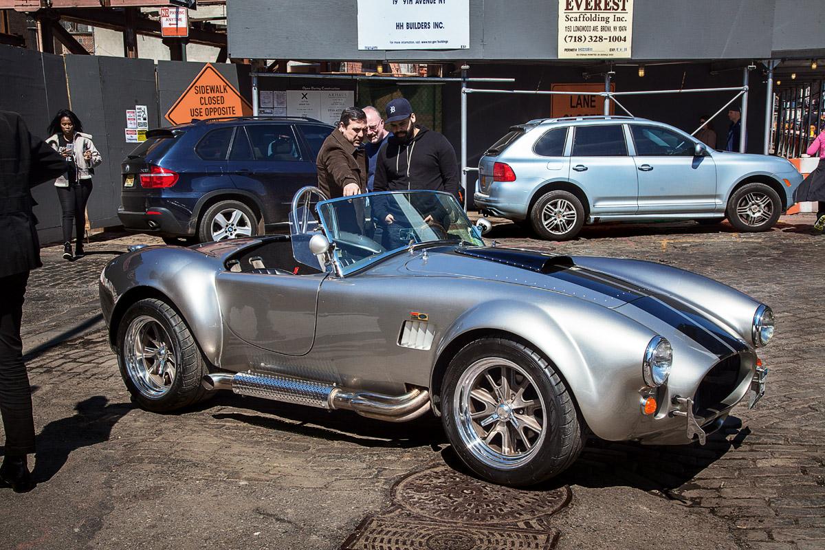Die CObra des Manhattan Classic Car Club wird von einem Interessenten betrachtet