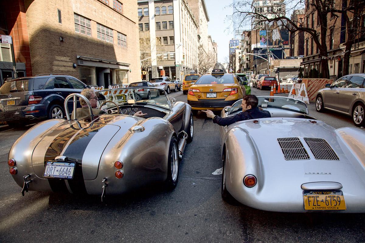 Porsche 550 Spyder und Cobra Replica in Manhattan, stehend an einer Ampel