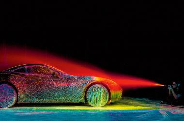 Fabian Oefner besprüht einen Ferrari California T