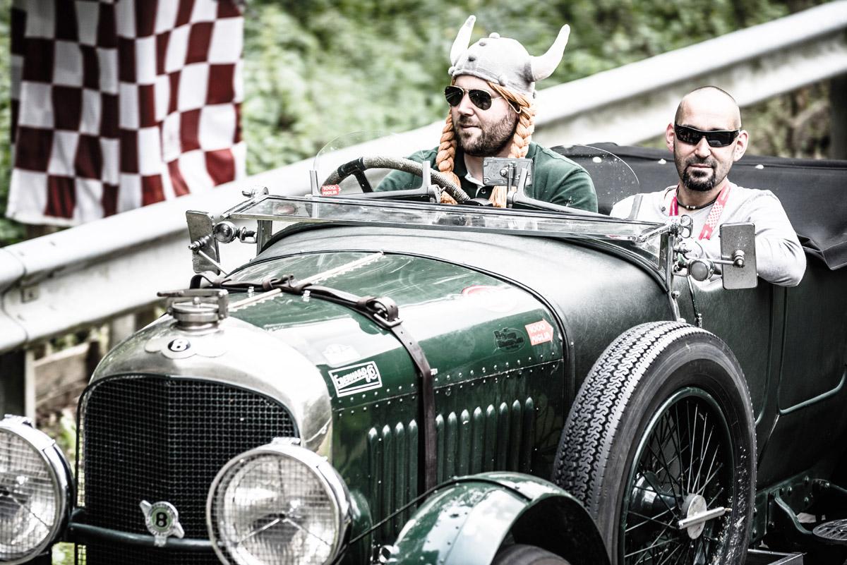 Zwei Mitglieder des Benjafield's Racing Clubs in ihrem Bentley