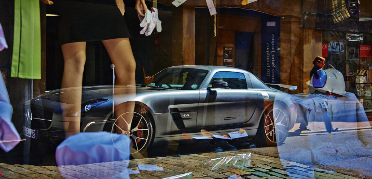 Ein SLS AMG GT Final Edition spiegel sich in einem Schaufenster