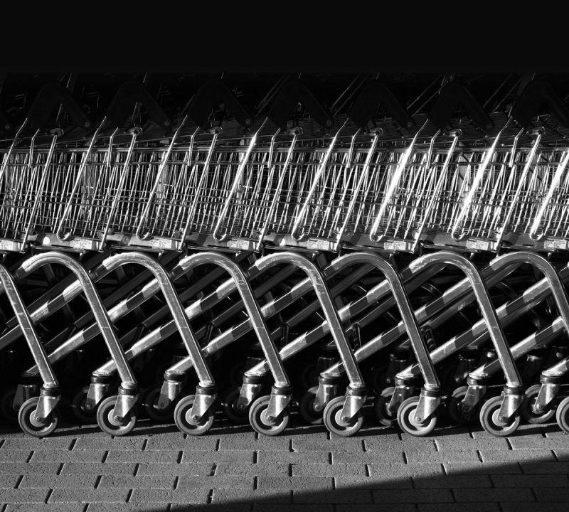 Ineinander geschobene Einkaufswägen
