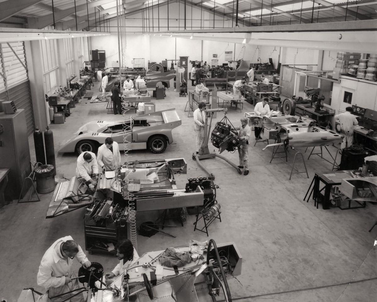 McLaren M6B aus verschiedenen Perpektiven und historsiches Foto der Fertigung