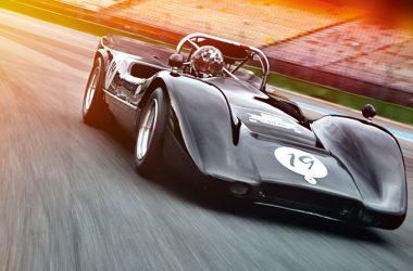 McLaren M6B fahrend auf Rennstrecke