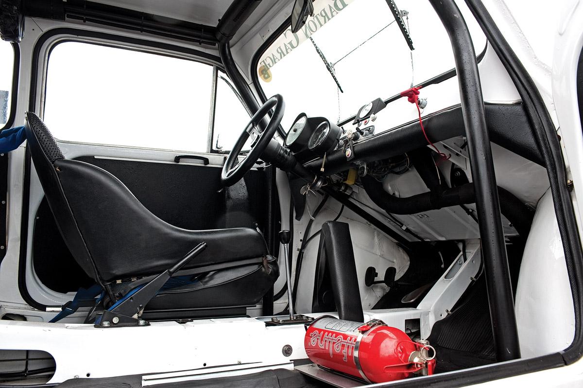 Cockpit eines Fiat 600 Abarth