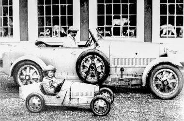Bugatti Bébé neben seinem Vorbild Bugatti Type 35