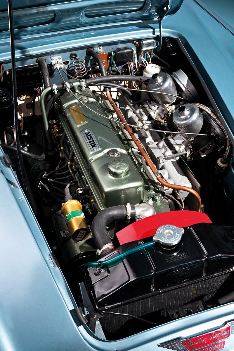 Austin-Healey 3000 Mk. III im Seitenprofil, Motor und Detail der Front