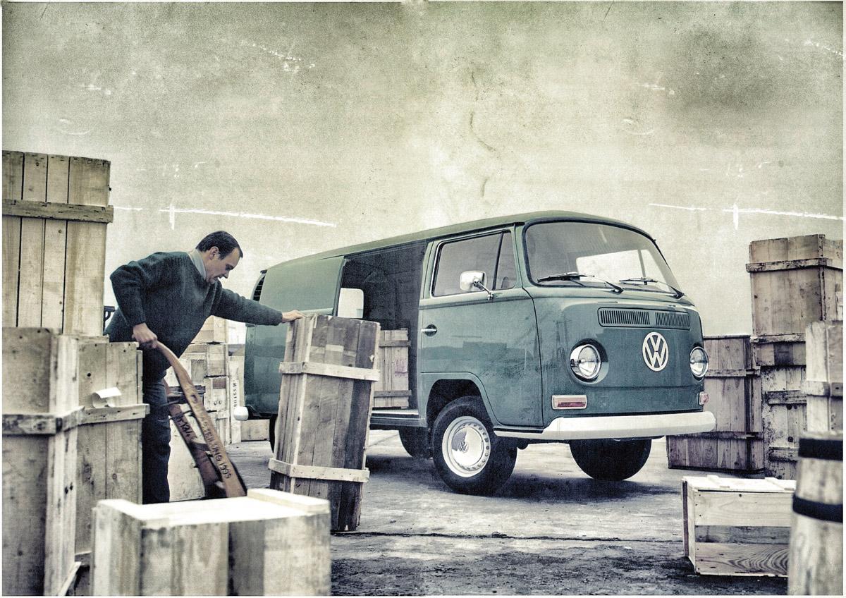 VW Bulli T2 Transporter wird beladen
