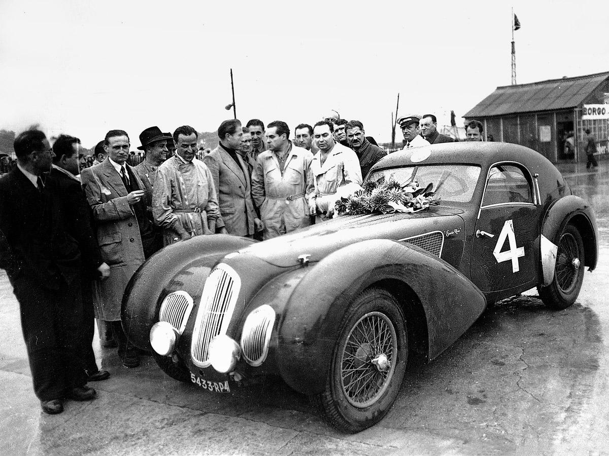 Talbot-Lago stehend mit Rennfahren und Pagnibon