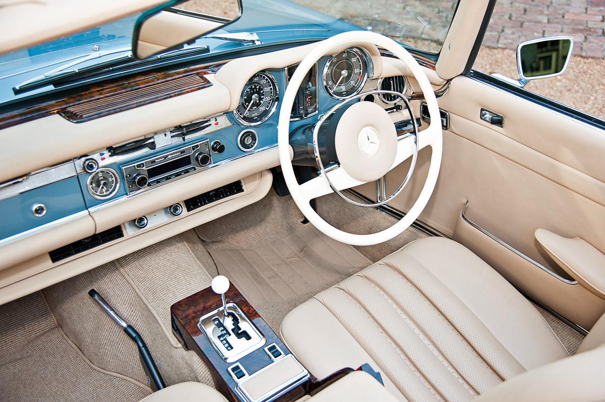 Cockpit des Mechatronik-Mercedes 280 SL