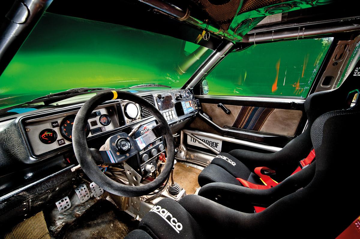 Lancia Delta Integrale HF Cockpit und Motorraum