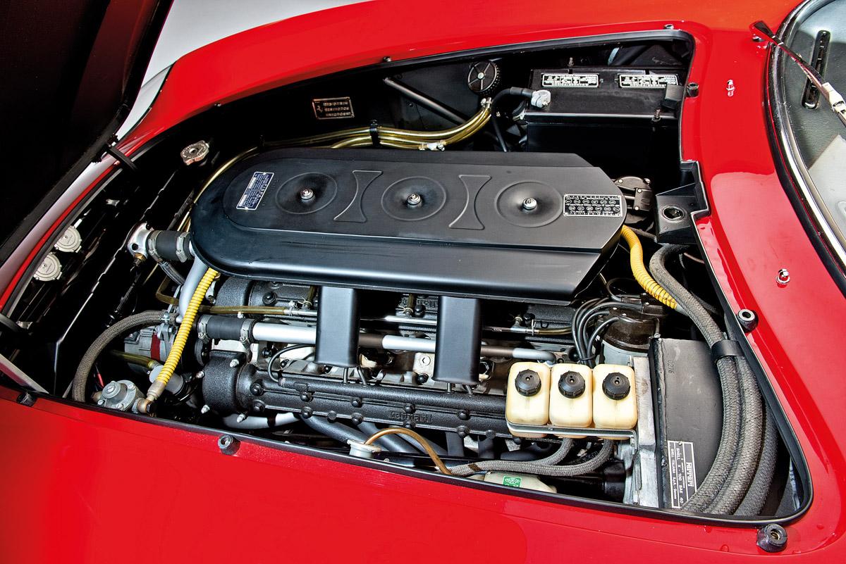 Motor des Ferrari NART Spider