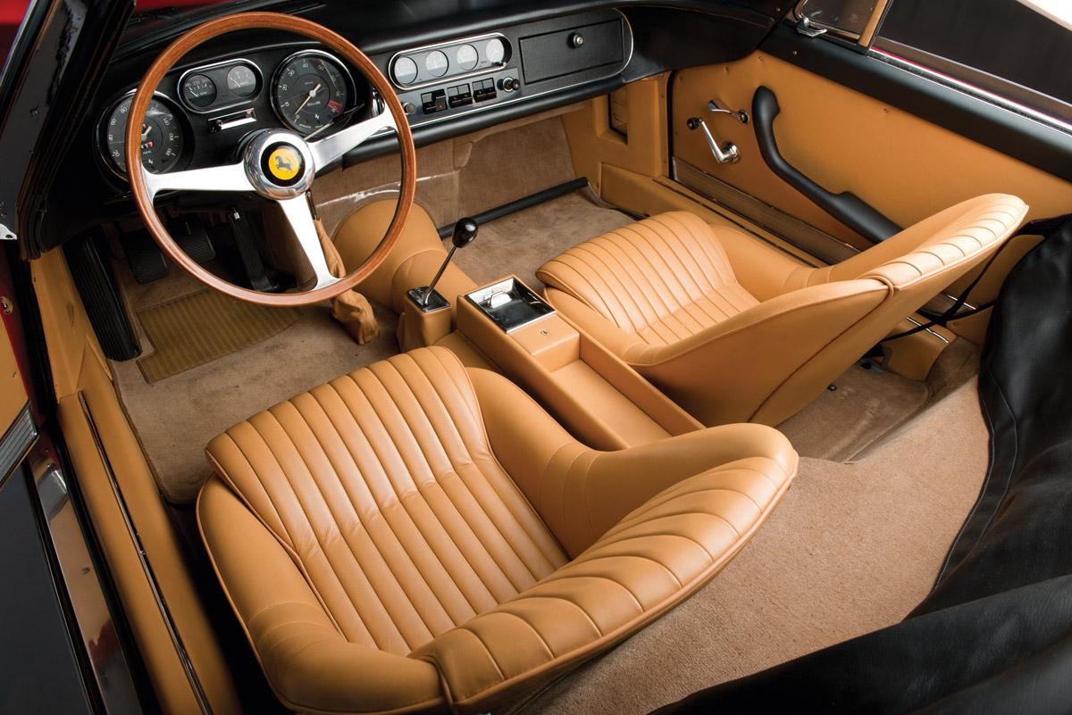 Cockpit des Ferrari NART Spider