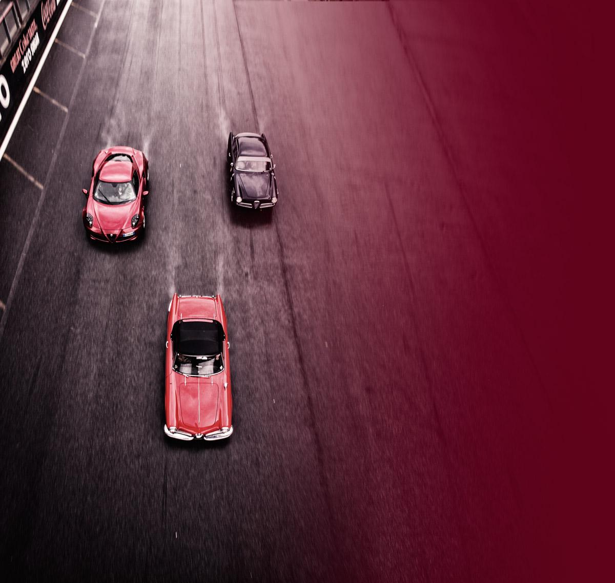 Alfa Romeo Giulietta und 4C auf der Rennstrecke aus der Vogelperspektive