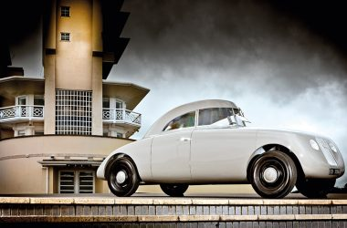 Jaray-Audi stehend vor Gebäude