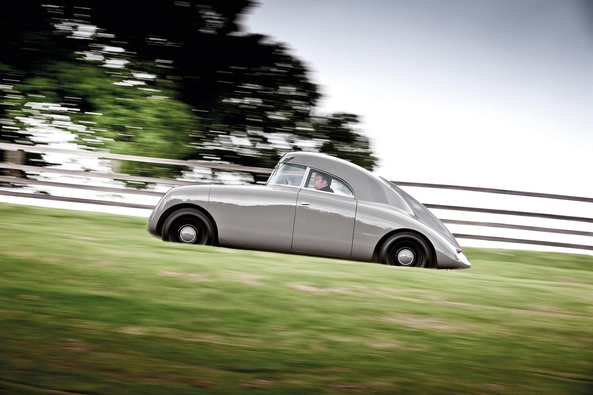 Jaray-Audi fahrend im Profil
