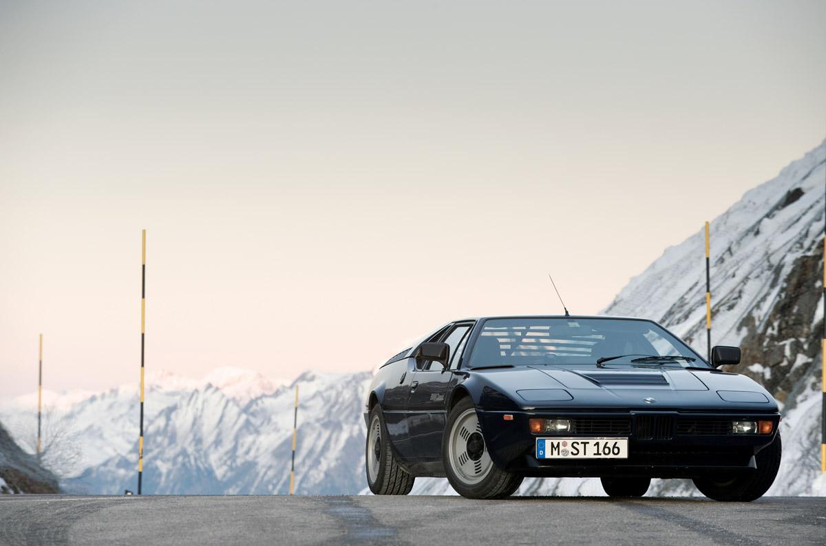 BMW M1 fahrend und Details des Innenraums
