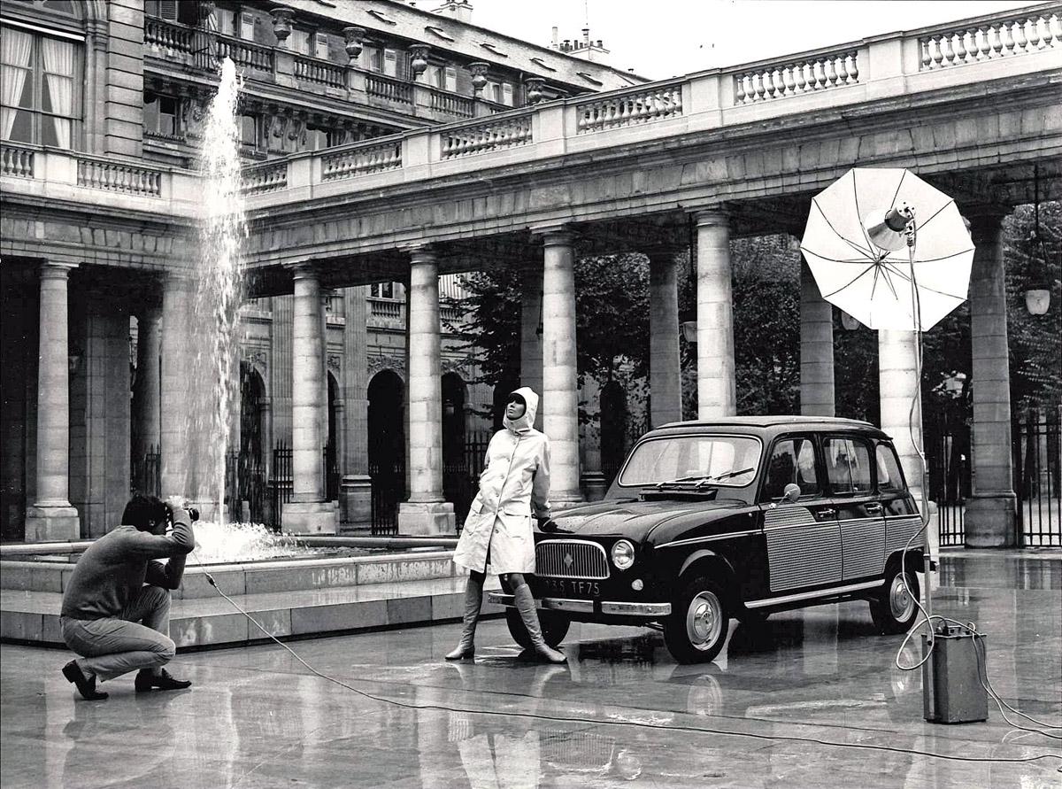 Renault 4 mit einem Model bei Werbeaufnahmen