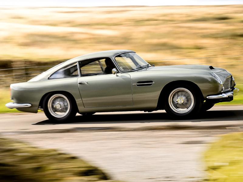 Aston Martin DB4 GT fahrend im Seitenprofil