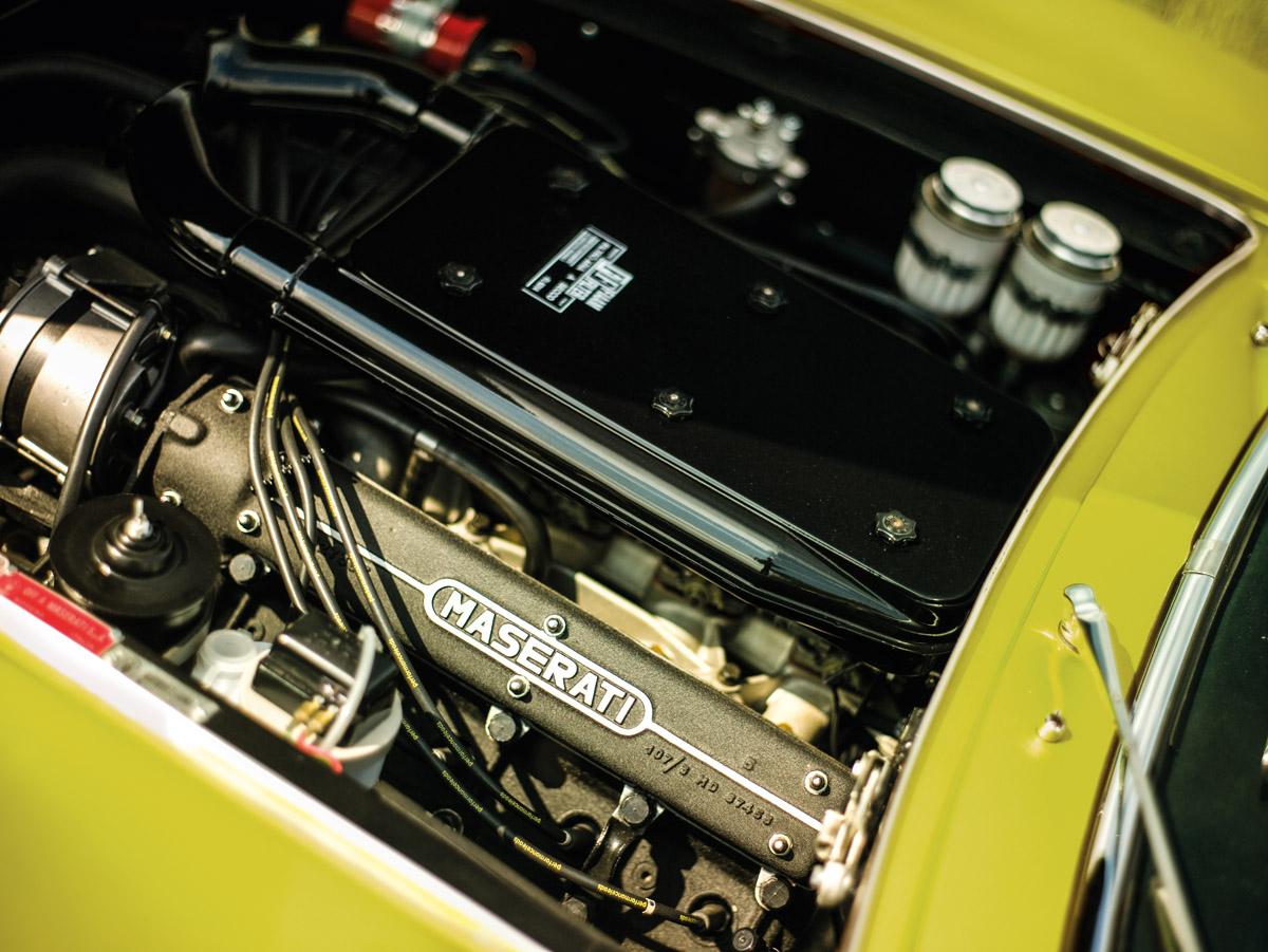 Maserati Ghibli fahrend und Motor