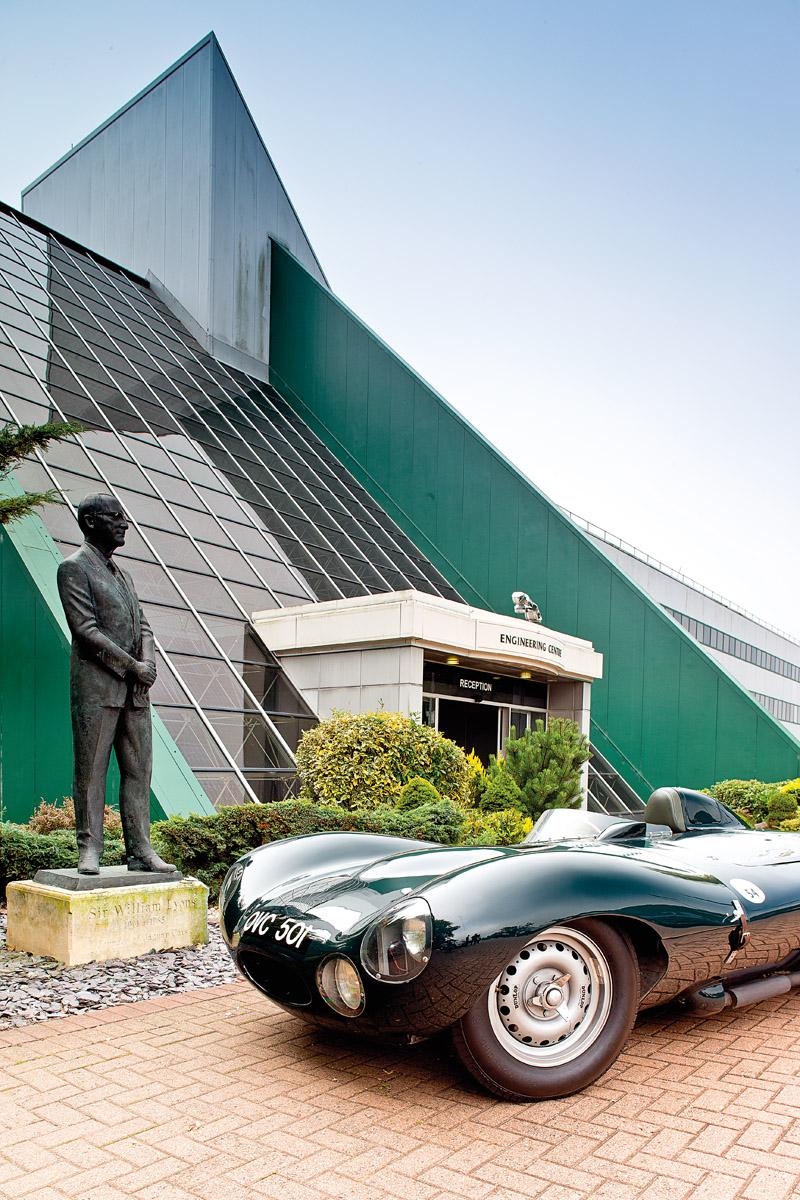 Jaguar D-Type fahrend und stehend