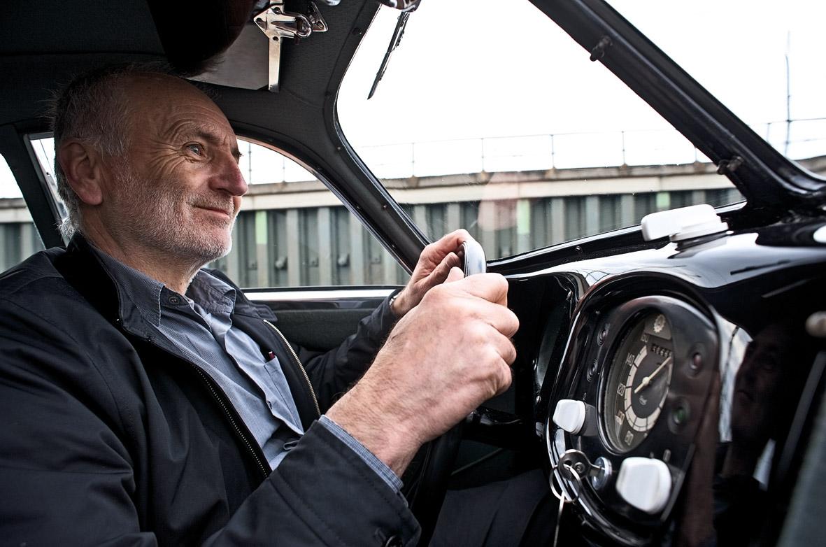 Fahrer im Cockpit des Porsche Typ 64