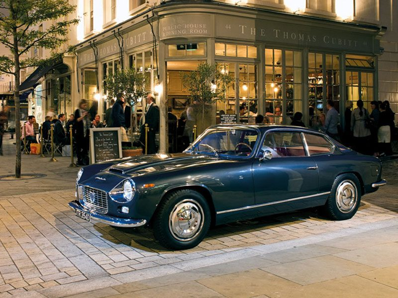 Lancia Zagato parkend vor einem Restaurant
