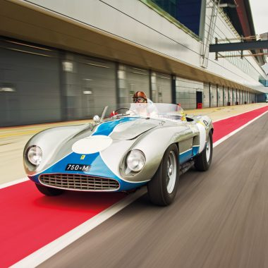 Ferrari 750 Monza Speciale fahrend auf Rennstrecke