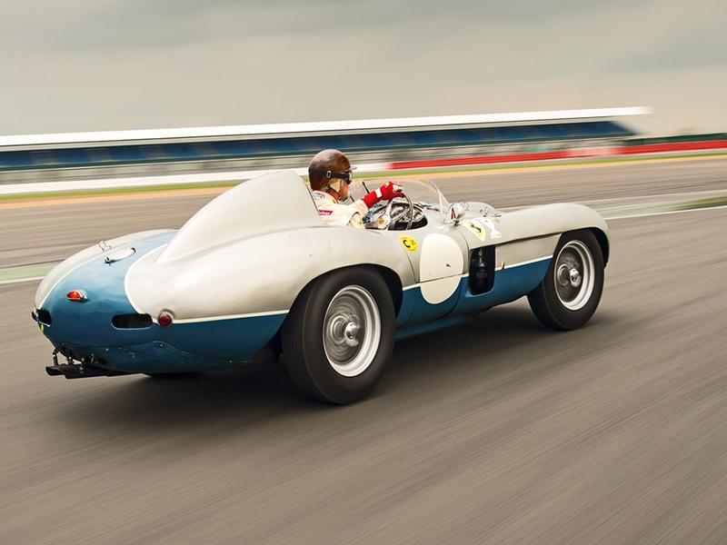 Ferrari 750 Monza Speciale fahrend, von hinten