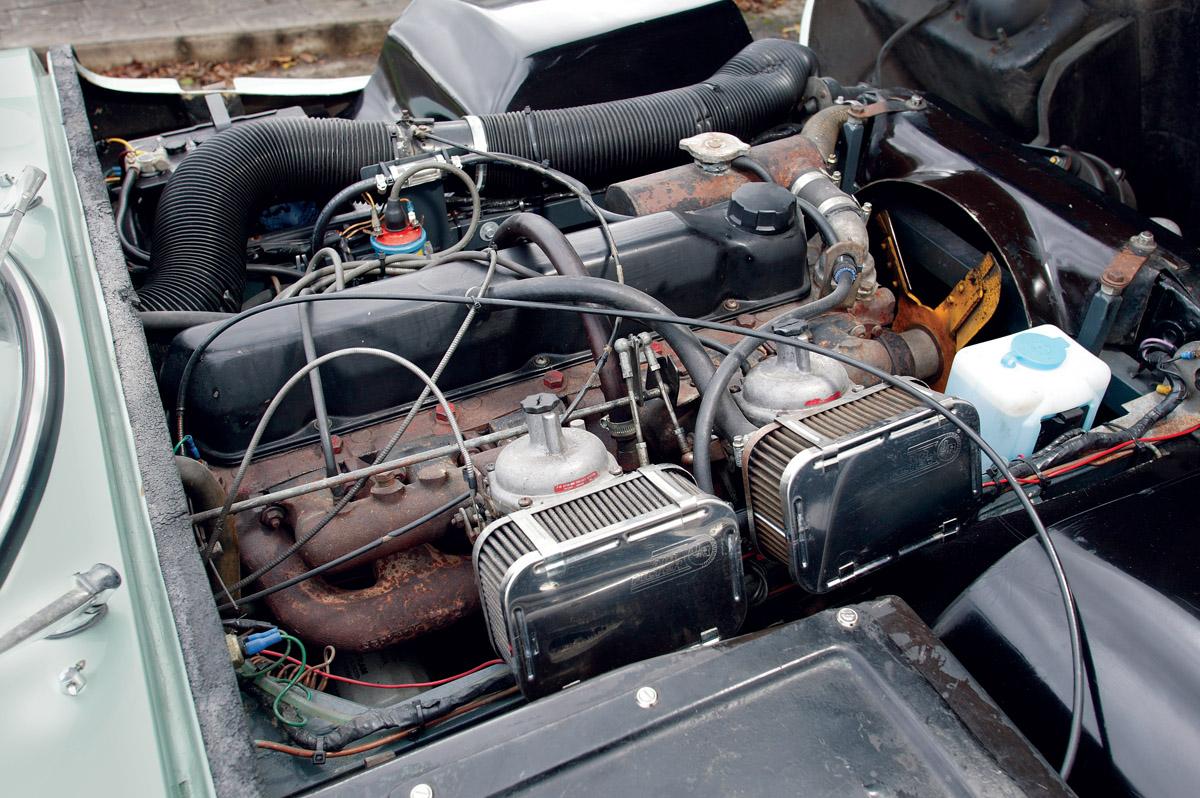 Marcos GT Heck, Cockpit und Motor